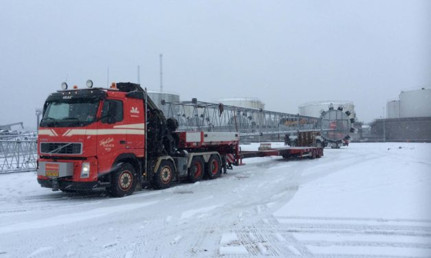 Flytning, hejs og montering af 7 tons tunge lystmaster