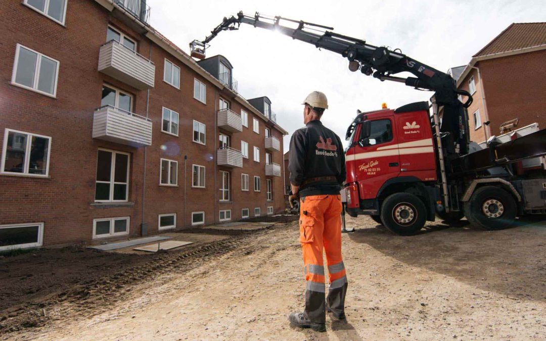 Hejs af tagplader med fast mandskabskurv på boligblok i Vejle