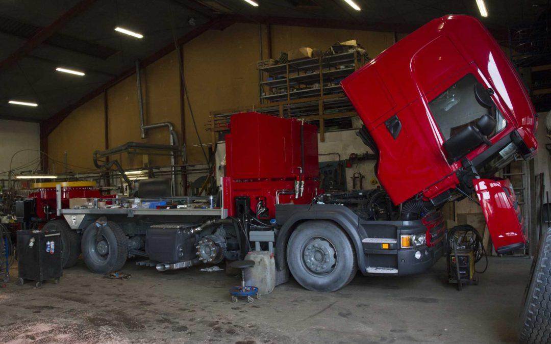 To nye lastbilkraner bygges op på værkstedet