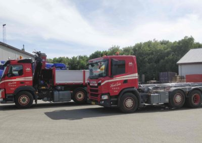 To nye biler i Knud Gade 2