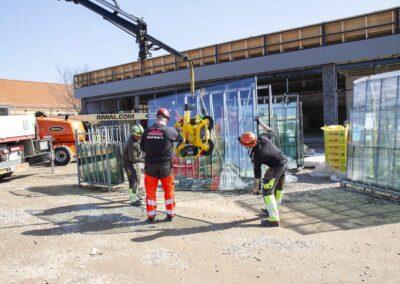 Hejs og montering af glas til butiksfacade i Assens 5