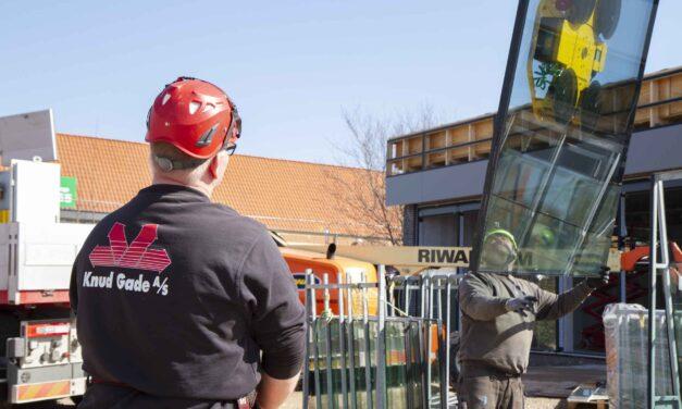 Hejs og montering af glas til butiksfacade i Assens