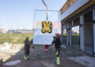 Hejs og montering af glas til butiksfacade i Assens 11