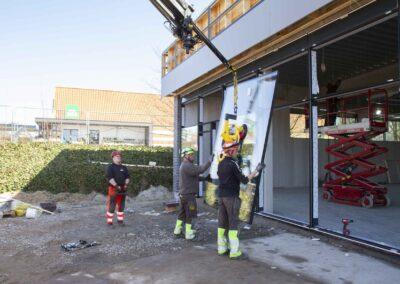 Hejs og montering af glas til butiksfacade i Assens 12