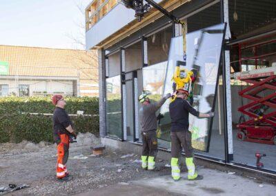 Hejs og montering af glas til butiksfacade i Assens 13
