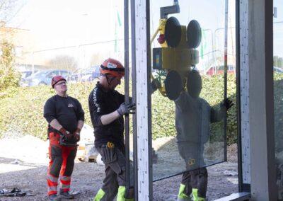Hejs og montering af glas til butiksfacade i Assens 14