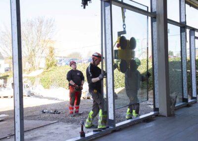 Hejs og montering af glas til butiksfacade i Assens 15