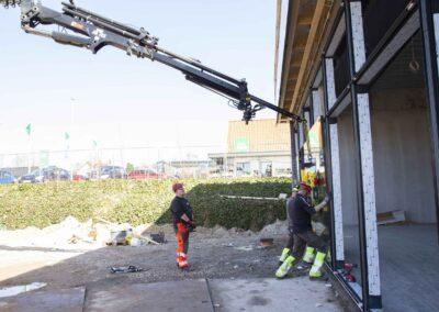 Hejs og montering af glas til butiksfacade i Assens 17