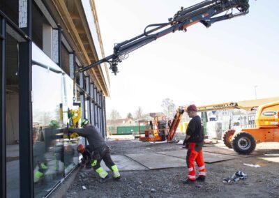 Hejs og montering af glas til butiksfacade i Assens 18