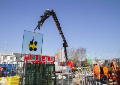 Hejs og montering af glas til butiksfacade i Assens 22