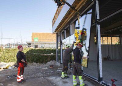 Hejs og montering af glas til butiksfacade i Assens 24