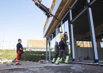 Hejs og montering af glas til butiksfacade i Assens 25