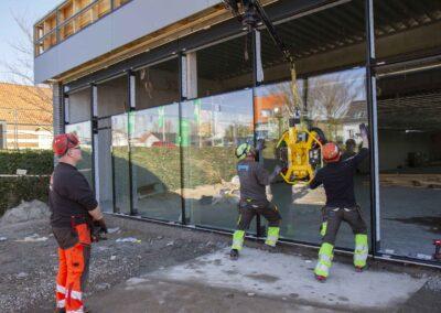 Hejs og montering af glas til butiksfacade i Assens 26