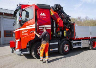 Knud Gade opruster vognpark med ny lastbilkran 9
